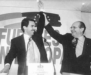 """Abel Matutes levanta el brazo a Aznar, como """"campeón"""" electoral del 12 de junio de 1994 (Foto: Julián Jaen)"""