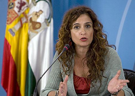 La consejera de Salud, María Jesús Montero, explicando la ley. | Efe