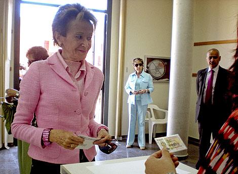 La vicepresidenta De la Vega vota en el colegio electoral de Beneixida.   Efe