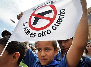 Un niño levanta una pancarta en contra de las armas en Medellín (Colombia). | Efe.