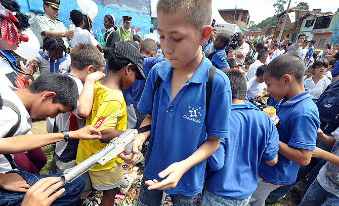 Un grupo de niños participa en la destrucción de armas de juguete en Medellín (Colombia). | Efe.