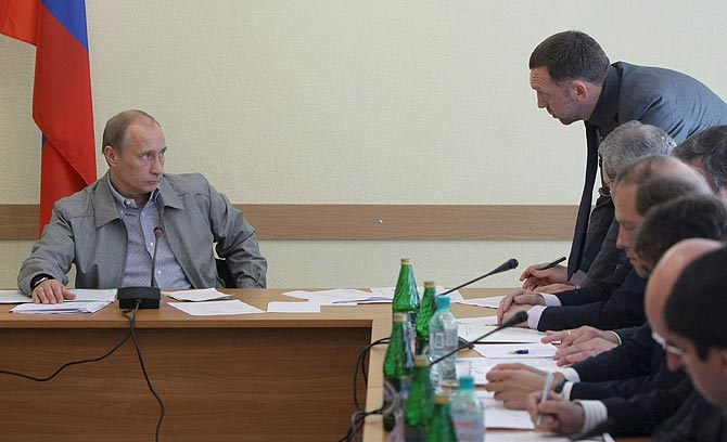 Tenso duelo de miradas entre Putin y Deripaska (derecha) en la fábrica de Pikalyovo. | EFE