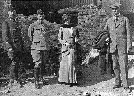 Edith Wharton y su comitiva, durante una de sus expediciones de 1915.