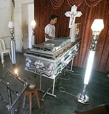 Funeral por uno de los indígenas muertos en los enfrentamientos.   Efe
