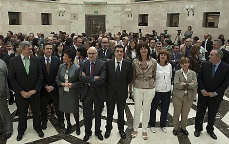 Consjeros y altos cargos junto con el lehendakari.   Iñaki Andrés