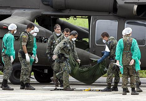 Militares brasileños trasladan uno de los cadáveres encontrados en el mar. | Efe