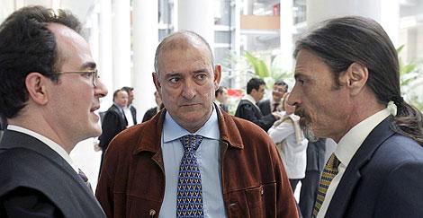 Fernando García conversa con su abogado y el criminólogo Juan Ignacio Blanco en el juicio. | Efe