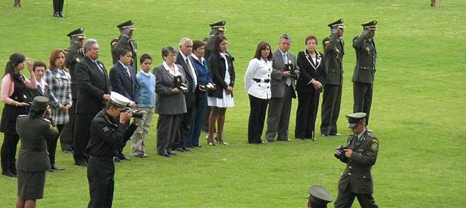 Familiares de los policías secuestrados, tras recibir el ascenso en nombre de sus seres queridos cautivos, en la Escuela General Santander, Bogotá. | Foto: SH-M