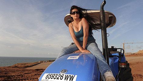Kawtar Benhamu hace campaña subida a un tractor, emblema del PAM.   Afp