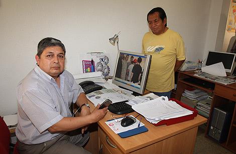 Luis Alberto Almeida (i), presidente del Centro, junto a uno de los inmigrantes. | Juan Martí
