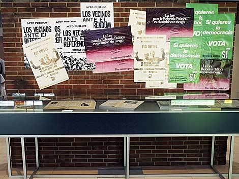 Carteles pidiendo el voto en el referendum de la reforma política. | Efe