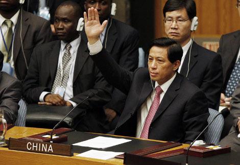 El embajador de China ante la ONU, Zhang Yesui, vota a favor de la resolución. | Reuters