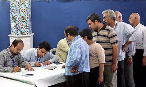 Un grupo de iraníes espera su turno para votar en un colegio de Teherán. | Efe