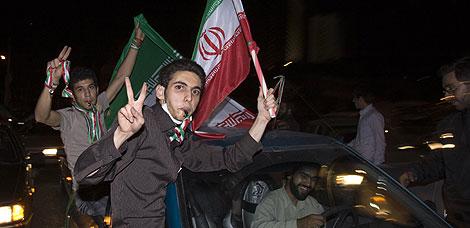 Seguidores de Ahmadineyad celebran la victoria. | Reuters