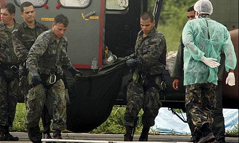 Restos de víctimas del accidente, trasladados a Brasil. | Reuters