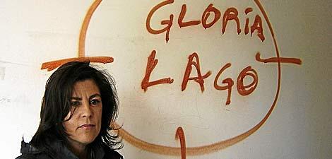 La presidenta de Galicia Bilingüe, Gloria Lago, junto a una gran pintada. | Manuel Darriba