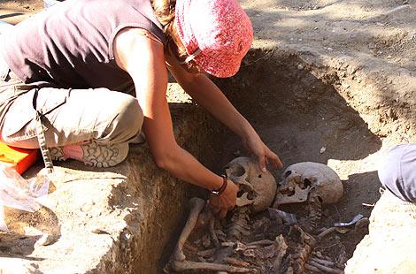 Fosa común excavada en el parque palentino. | M. Brágimo
