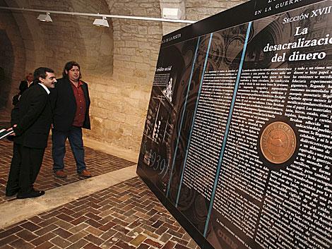 Manuel Borja Villel y Pedro G. Romero contemplando un panel de 'Silo'. | El Mundo