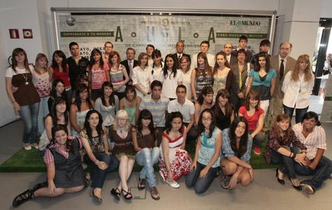 Los alumnos galardonados posan con los patrocinadores y miembros del jurado de las Premios Aula. | José Aymá