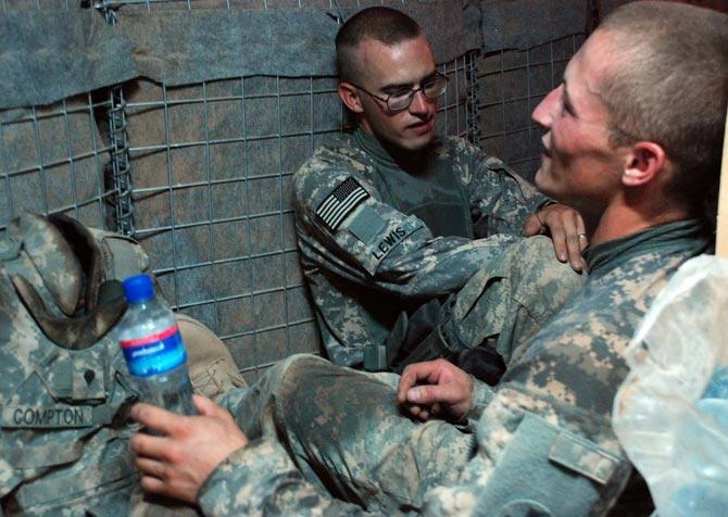 Dos militares estadounidenses, en uno de los búnkers del campamento de Bala Murghab. M. BERNABÉ