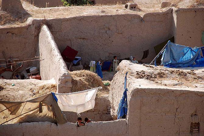 Niños en las casas cercanas al castillo de Bala Murghab. | Mònica Bernabé