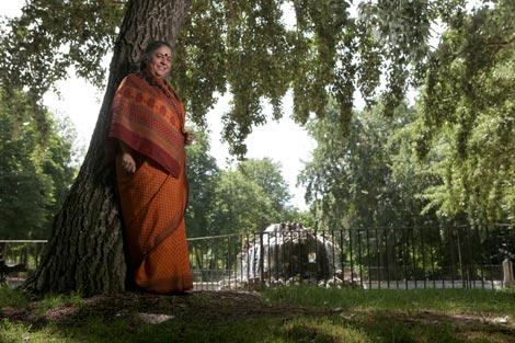 Vandana Shiva, en El Retiro madrileño durante su visita a Madrid. / Antonio M. Xoubanova