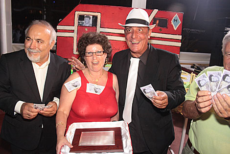Billetes de pega con la imagen del Dioni y placa de recuerdo de la 'gesta'. | José Carlos