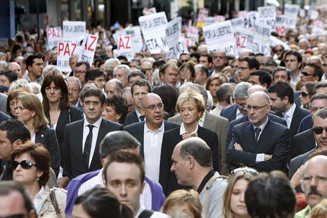 Representantes políticos e institucionales participan en la manifestación de Bilbao. | Efe