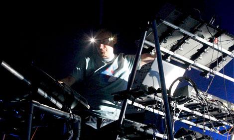 Orbital, con sus linternas, pudieron ofrecer uno de sus últimos conciertos | Efe