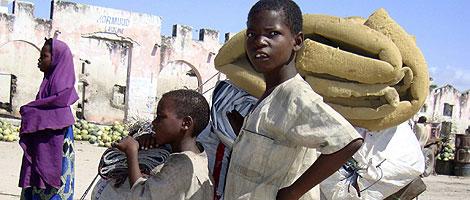 Niños somalíes buscan refugio lejos de los combates. | Reuters