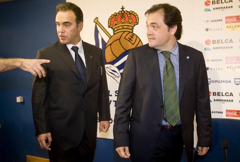 Martín Lasarte entra en la sala de prensa acompañado por el presidente Jokin Aperribay. | Justy