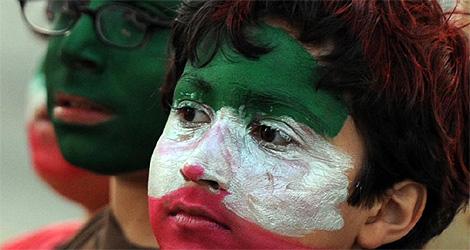 Varios niños durante las protestas contra el fraude electoral.| AFP