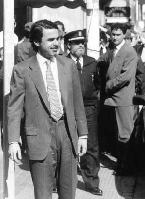 Aznar sale de la clínica, tras ser comprobado su estado físico después del atentado del 19 de abril de 1995 (Foto: Begoña Rivas)