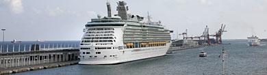 El 'Navigator of the Seas', en el Puerto de Barcelona. | S. Cogolludo