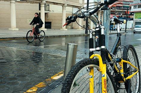 Una mujer circula con su bicicleta por la calzada. | Leslie Hevesi