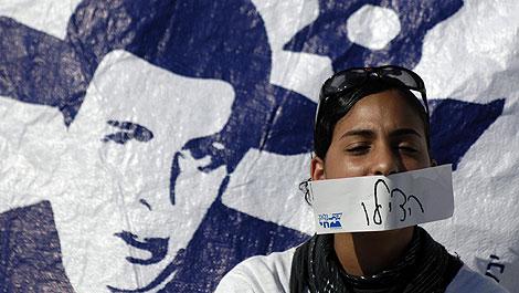 Una israelí pide la liberación de Guilad Shalit en el paso fronterizo de Erez. | Reuters