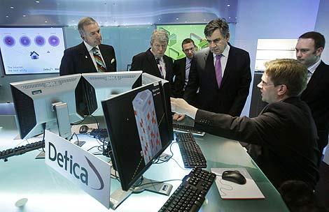 El primer ministro Gordon Brown, en una visita a la consultora de seguridad Detica. | Reuters