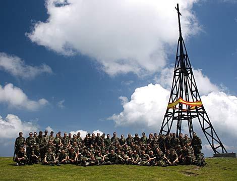 Los militares posan con la Cruz de Gorbea tras colocar la bandera española. | EL MUNDO