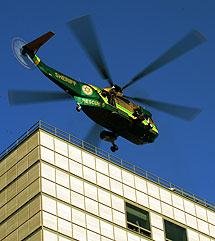 Un helicóptero se lleva el cuerpo del cantante. | Afp