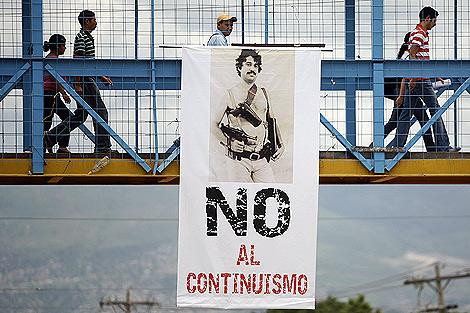 Póster con una imagen antigua del presidente Manuel Zelaya en la Universidad Nacional de Tegucigalpa.   Reuters