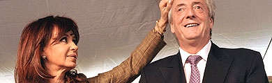 Cristina Fernández atusa el pelo de su marido, Néstor Kirchner. | AFP