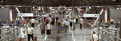 Decenas de personas han querido 'estrenar' la estación. | Efe