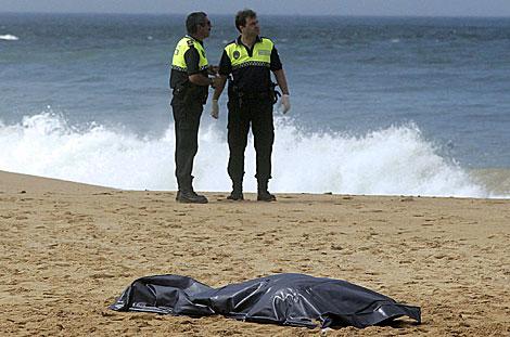 Agentes de la Policía Local junto a uno de los cadáveres. | Efe