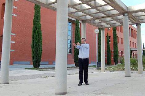 El investigador Juan Antonio Martínez detectando una columna por ecolocación. | SINC