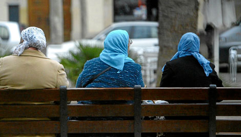 Tres mujeres árabes, en una de las calles del Raval barcelonés | Q. García