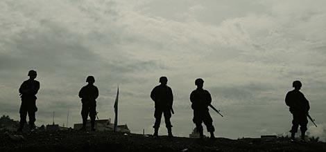 Varios militares custodian la Residencia Presidencial. | Efe