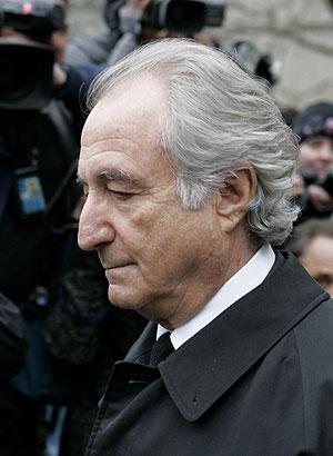 Bernard Madoff a su salida de los juzgados.   AP