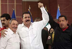 Raúl Castro, junto a Zelaya y Chávez, en Venezuela (Foto: Reuters).