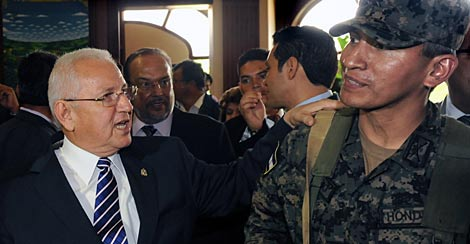 Micheletti, con un militar golpista. | AFP