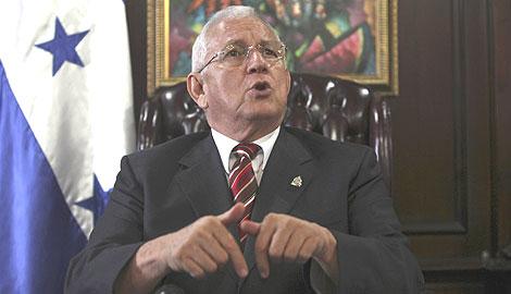 Micheletti, durante una alocución en el despacho presidencial.   AP